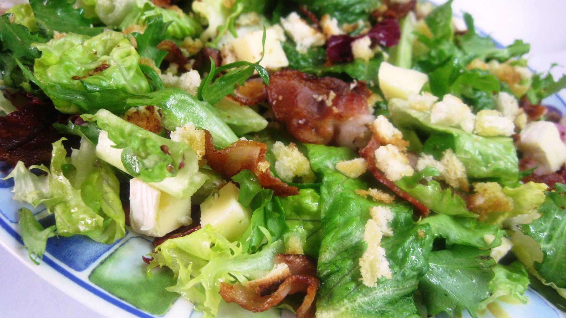 Вкусно и полезно: теплый зимний салат с благородным сыром